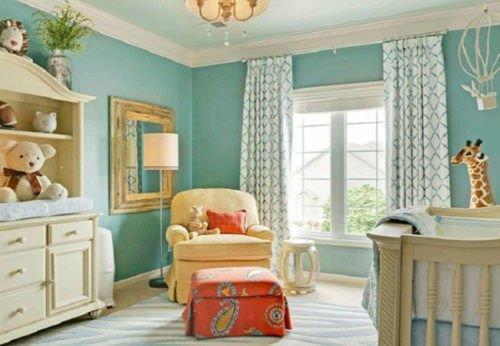 Tường màu xanh nên chọn loại rèm sáng màu phù hợp với màu tường