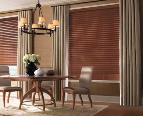 Mẫu rèm gỗ màu đẹp sang trọng cho phòng khách tân cổ điển