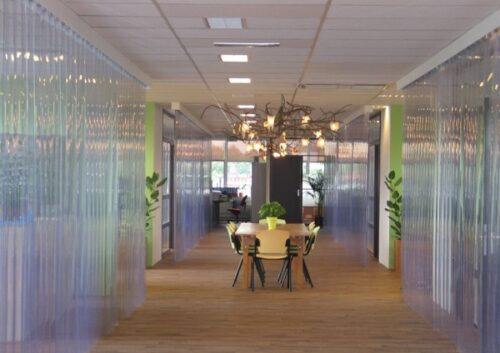rèm nhựa cách nhiệt hà nội giúp giữ và cách nhiệt tốt cho không gian mở nơi có nhiều người qua lại