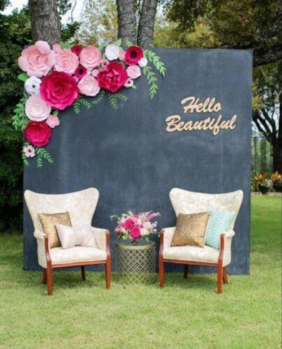 Cách làm phông cưới đẹp bằng hoa giấy cũng khá đơn giản