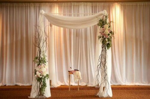 mẫu rèm đám cưới vải lựa kết hợp hoa tươi