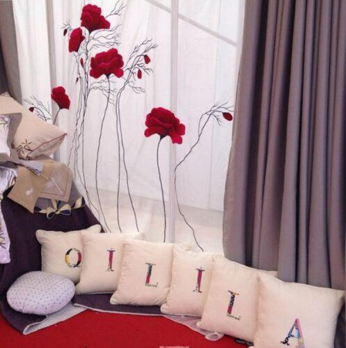 Rèm cửa voan thêu họa tiết hoa hồng tôn vẻ đẹp phòng khách