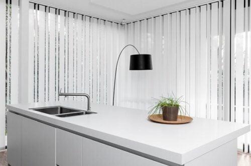 rèm nhà bếp cũng hay sử dụng loại này. Đưa ánh sáng và không gian vào nhà.