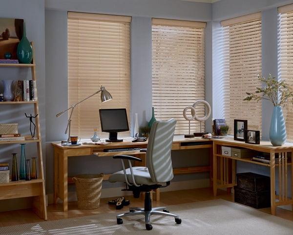 Mành gỗ tạo không gian làm việc hiệu quả và riêng tư với bộ rèm cửa phù hợp