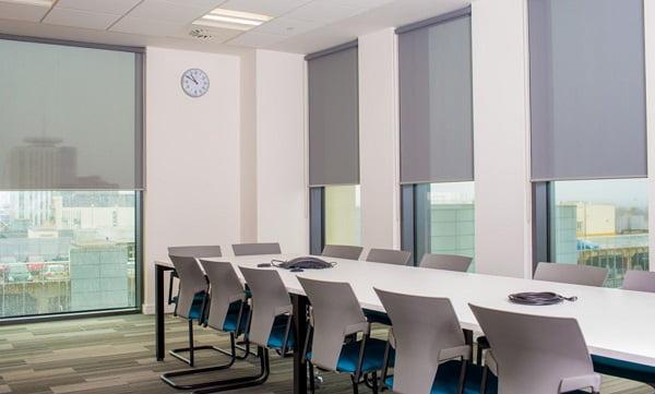 Những tiêu chí quan trọng làm nên bộ rèm cửa đẹp cho mỗi công ty. Rèm văn phòng phù hợp với các không gian kính